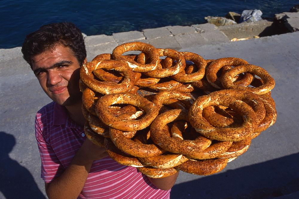 Street vendor carrying tray of bread rings, Kusadasi, Anatolia, Turkey, Asia Minor, Eurasia
