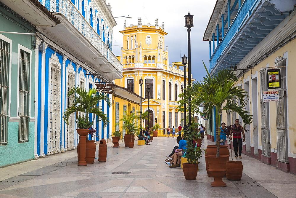 Calle Independencia Sur, pedestrian shopping street, leading to Colonia Espanola building, Sancti Spiritus, Sancti Spiritus Province, Cuba, West Indies, Caribbean, Central America