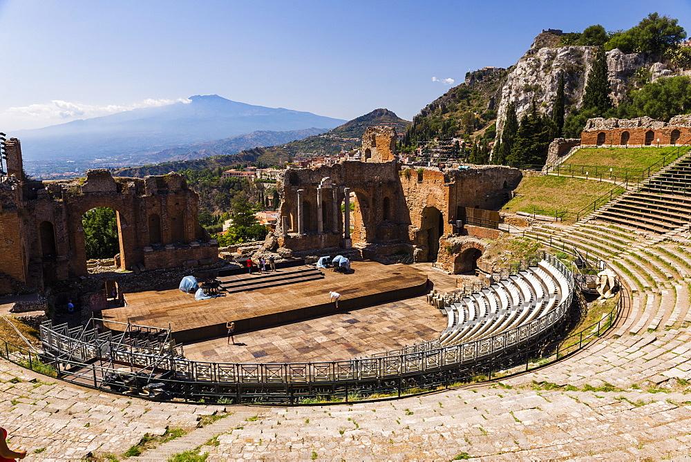 Teatro Greco (Greek Theatre), view of the amphitheatre and Mount Etna Volcano, Taormina, Sicily, Italy, Europe