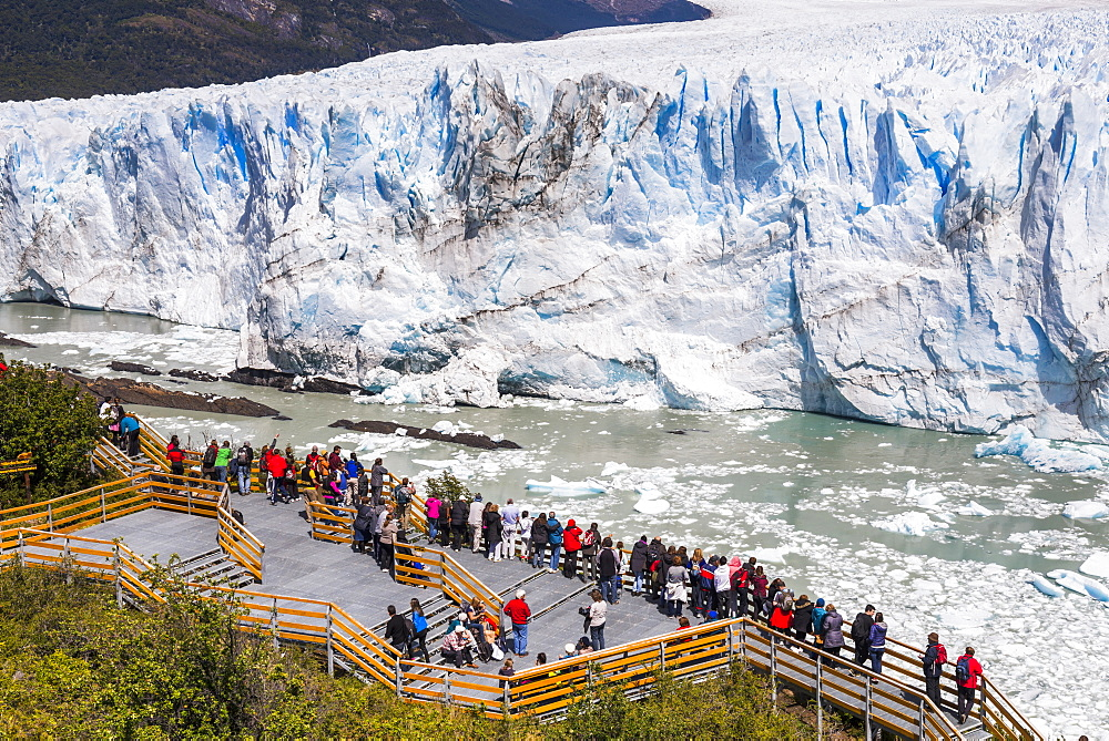 People on walkway at Perito Moreno Glaciar, Los Glaciares National Park, UNESCO World Heritage Site, near El Calafate, Patagonia, Argentina, South America