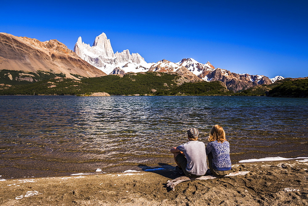 Tourists at Lago Capri (Capri Lake) with Mount Fitz Roy (Cerro Chalten) behind, El Chalten, Patagonia, Argentina, South America