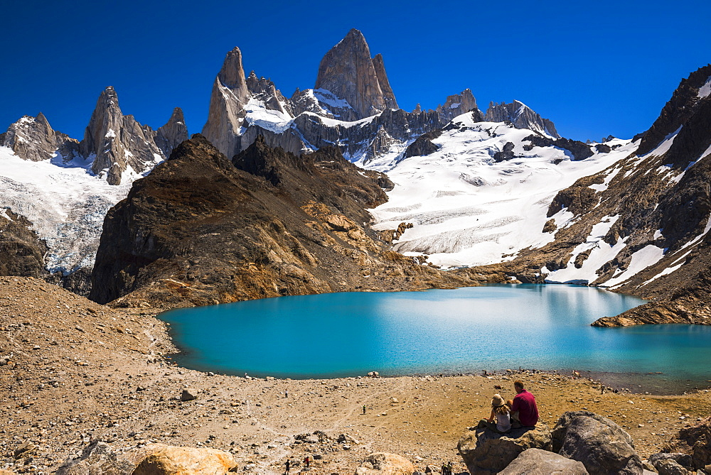 Hikers at Lago de los Tres (Laguna de los Tres) with Mount Fitz Roy (Cerro Chalten) behind, UNESCO World Heritage Site, El Chalten, Patagonia, Argentina, South America