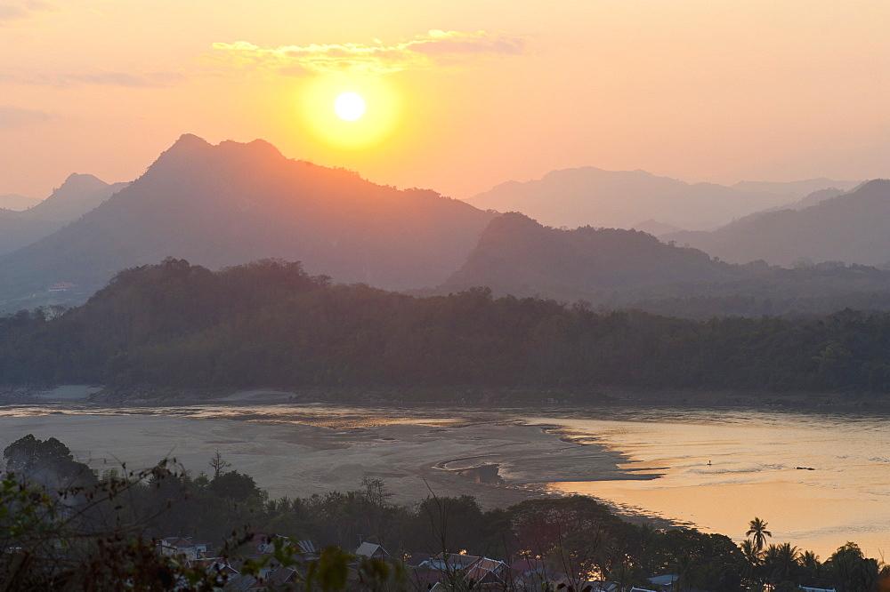 Sunset over the Mekong River from Wat Phousi, Luang Prabang, Laos, Indochina, Southeast Asia, Asia