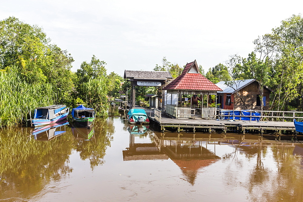 Small village on the Sekonyer River, Tanjung Puting National Park, Kalimantan, Borneo, Indonesia, Southeast Asia, Asia