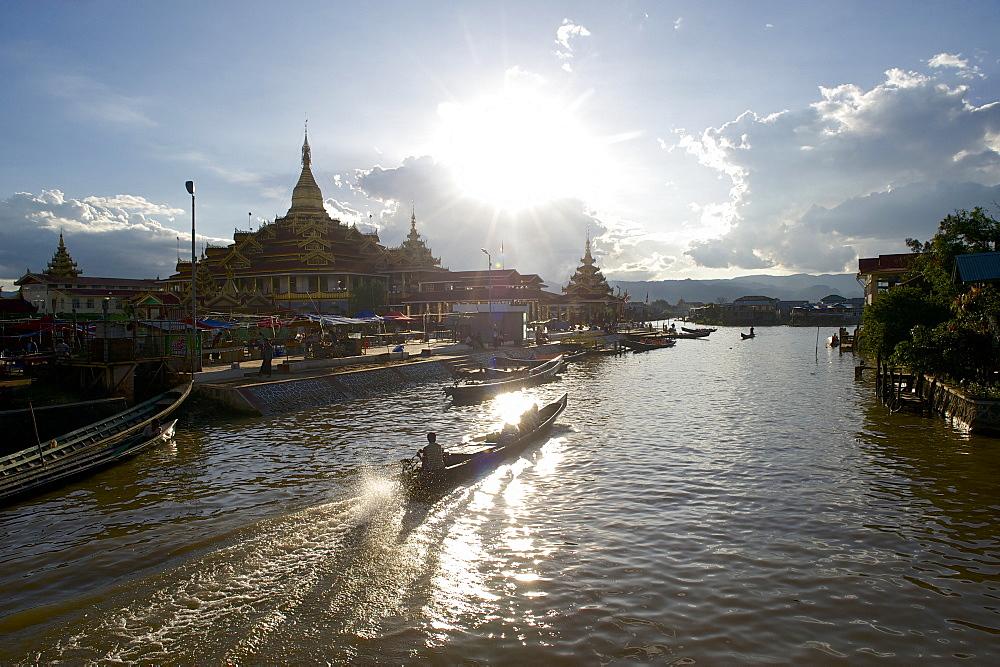 Boats at Phaung Daw U Pagoda, Inle Lake, Shan Staat, Myanmar, Burma - 1113-101205