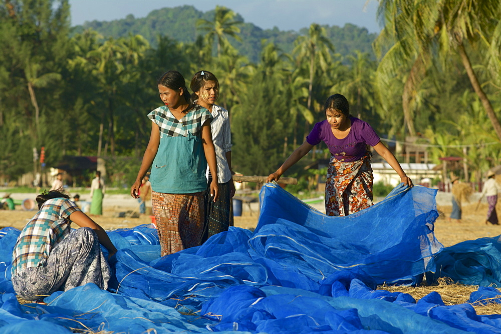Women from the fishing village of Lonthar cleaning nets, Ngapali, most famous beach resort in Burma at the Bay of Bengal, Rakhaing State, Arakan, Myanmar, Burma