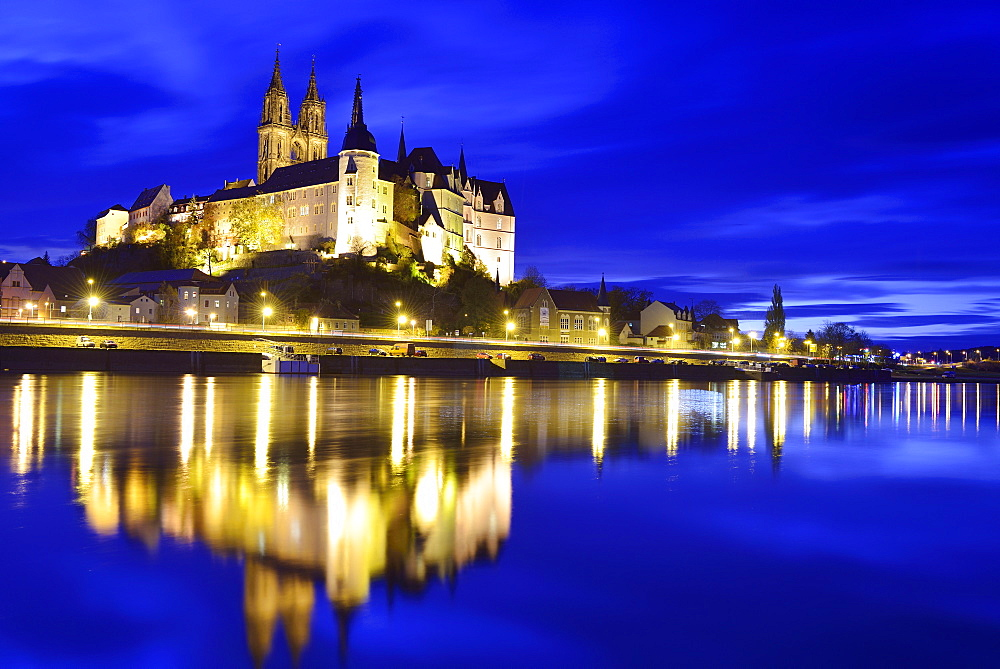 Illuminated castle of Albrechtsburg and cathedral of Meissen above the river Elbe, Meissen, Meissen, Saxony, Germany