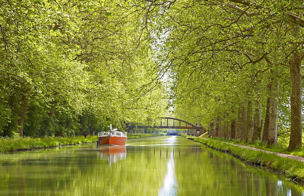Houseboat on the Canal de Garonne near Valence-d'Agen, Dept. Tarn-et-Garonne, Region Aquitaine, France, Europe