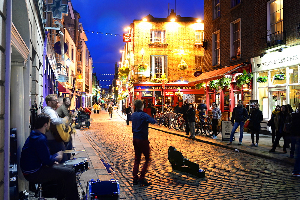 Nightlife in the Temple Bar quarter, Dublin, Ireland