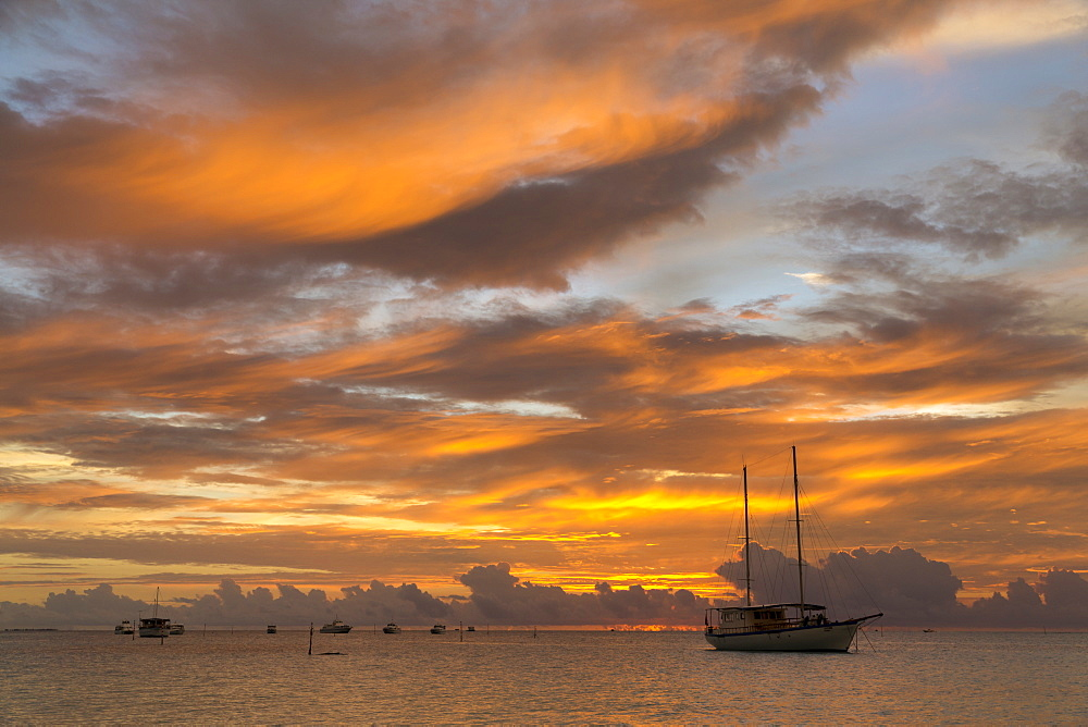 Sunset and sailing boat at Meeru Island Resort, Meerufenfushi, North-Male-Atoll, Maldives