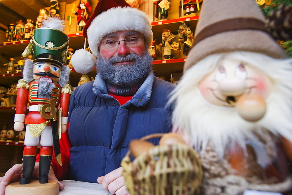 Seller in a stand at the Christmas market, Seiffen, Ore mountains, Saxony, Germany