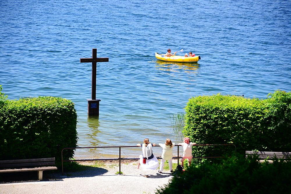 King Ludwigs cross in lake Starnberg near Berg, Upper Bavaria, Bavaria, Germany