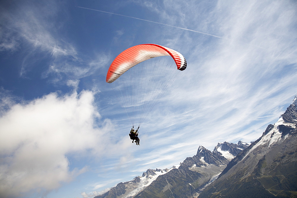 Paragliding over the peaks, paraglider, Chamonix, Chamonix-Mont-Blanc, Alps, Rhone Alpes, Haute Savoie, France, Europe