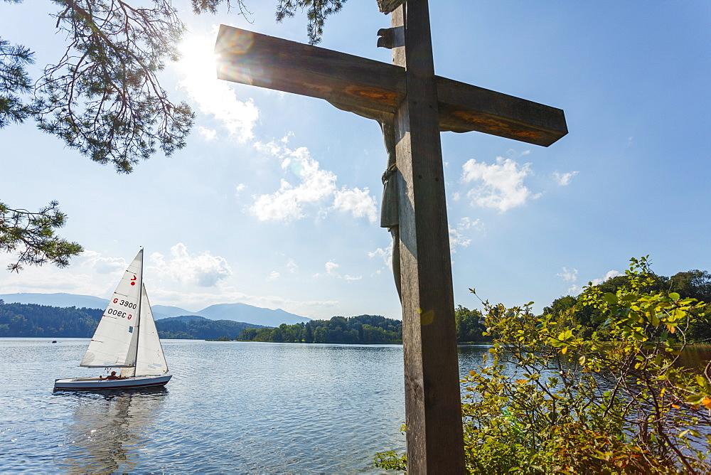 Cross on the Jakob island, Staffelsee, with sailing boat, near Murnau, Blue Land, district Garmisch-Partenkirchen, Bavarian alpine foreland, Upper Bavaria, Bavaria, Germany, Europe