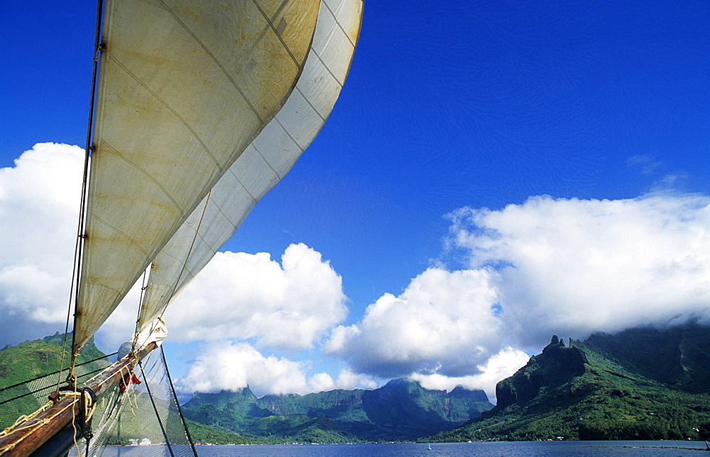 Sailing into Cooks Bay, Moorea, French Polynesia, South Pacific, PR - 1113-104084