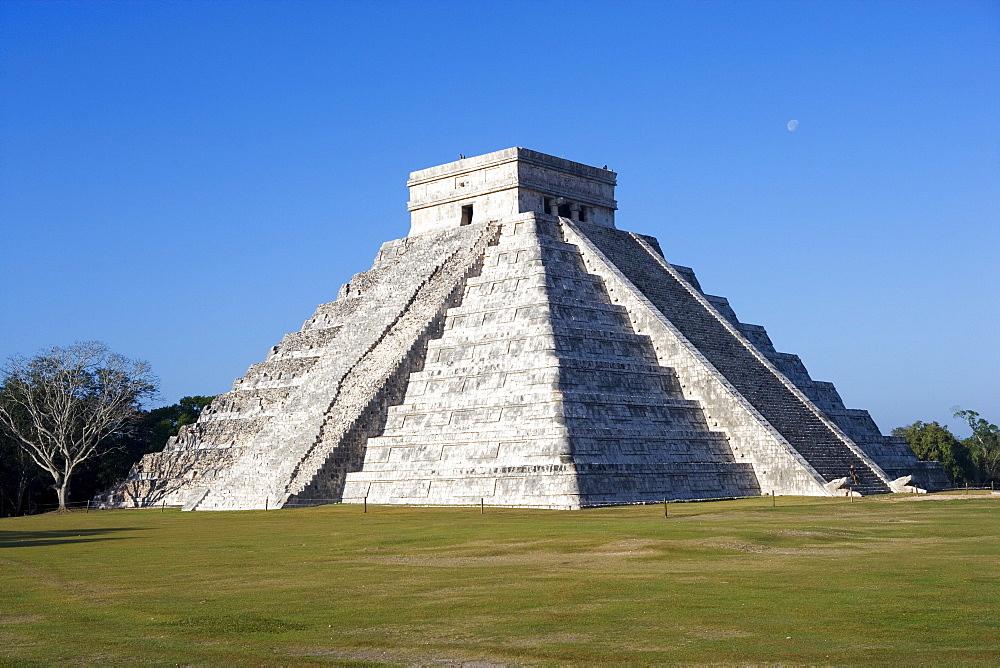 Mayan temple ruins in Chichen Itza, Pyramid of Kukulkan, State of Yucatan, Peninsula Yucatan, Mexico