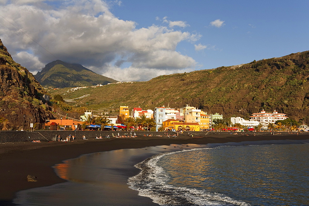 Pico Bejenado (1857m), peak of the extinct volcano crater Caldera de Taburiente and beach, Puerto de Tazacorte, UNESCO Biosphere Reserve, Atlantic ocean, La Palma, Canary Islands, Spain, Europe
