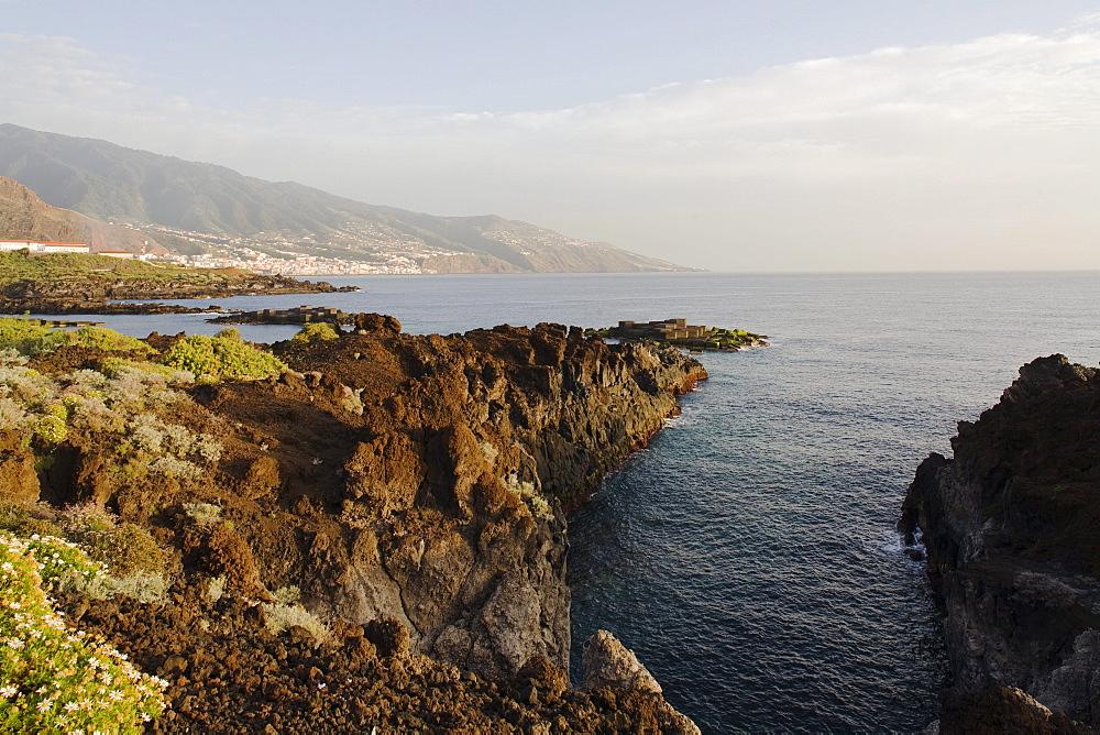 Coastal landscape at Los Cancajos, Santa Cruz de la Palma and east side of Caldera de Taburiente in the background, Atlantic ocean, UNESCO Biosphere Reserve, Atlantic ocean, La Palma, Canary Islands, Spain, Europe