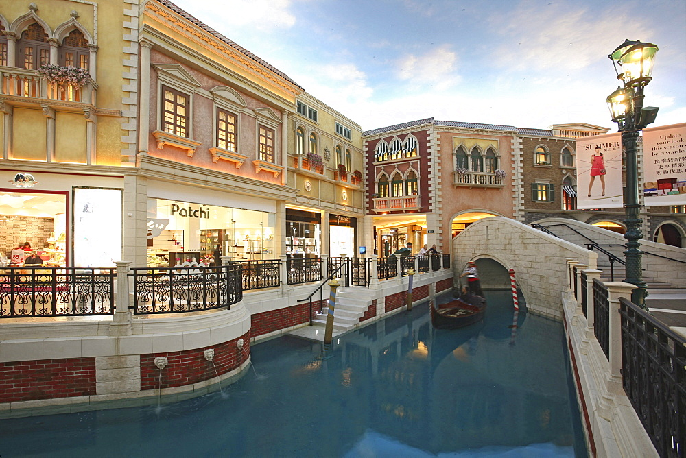 Shops and canal with gondola at Venetian Casino Resort, Macao, Taipa, China, Asia