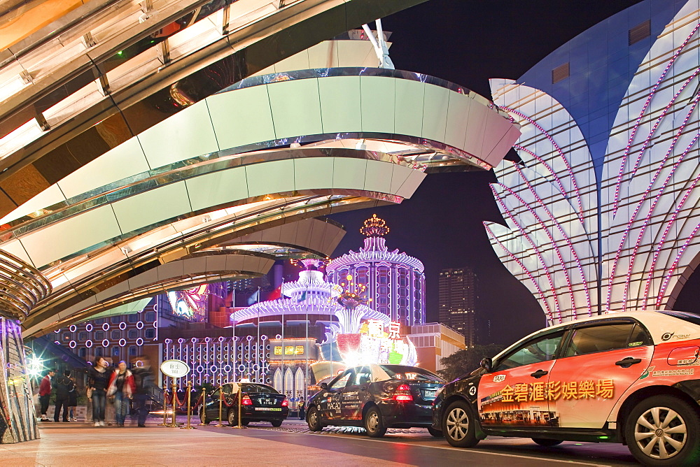 Taxis in front of the illuminated Casino Hotel Grand Lisboa at night, Macao, China, Asia