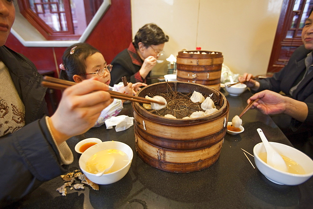 Chinese family eating at Huxinting Teahouse, Yu Yuan Garden, Nanshi, Feng Shui, Shanghai, China, Asia