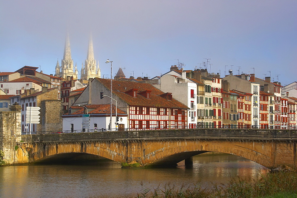 Bridge over the river Nive in the morning light, Cathedral and half-timbered houses in the background, The Way of St. James, Roads to Santiago, Voie du littoral, Coastal Way, Chemins de Saint-Jacques, Bayonne, Dept. Pyrénées-Atlantiques, Région Aquitaine, France, Europe