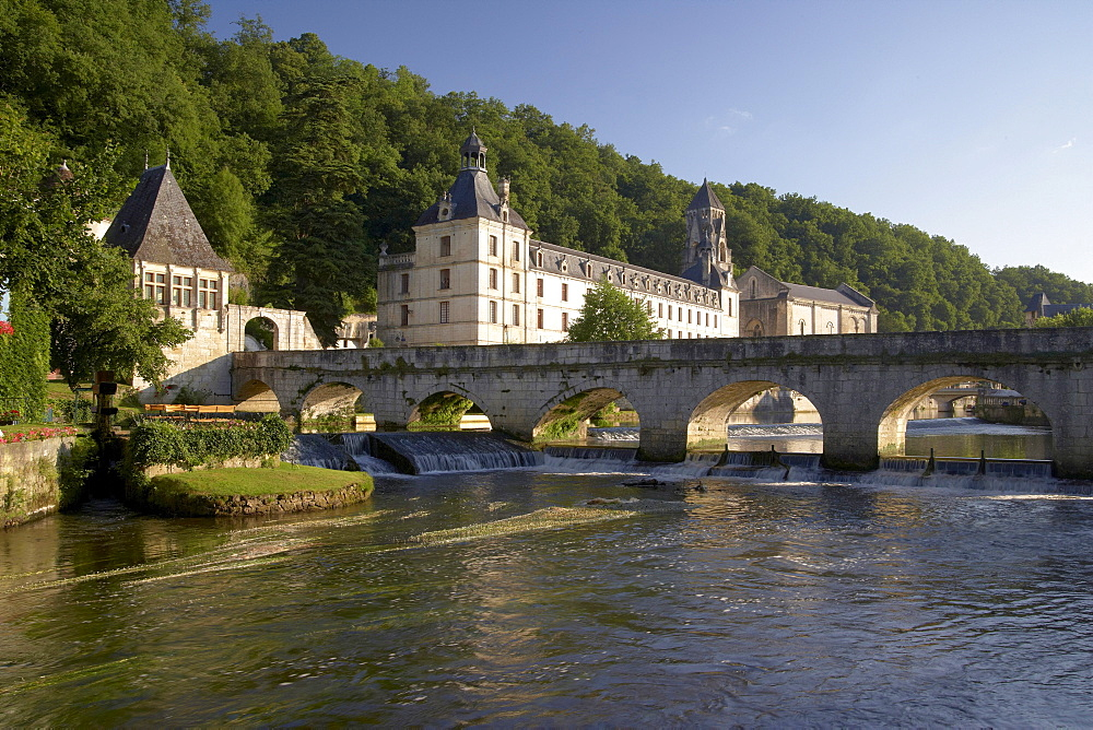 Jardin des Moines and Bridge over river Dronne, Brantome Abbey in the background, The Way of St. James, Roads to Santiago, Chemins de Saint-Jacques, Via Lemovicensis, Brantome, Dept. Dordogne, Région Aquitaine, France, Europe