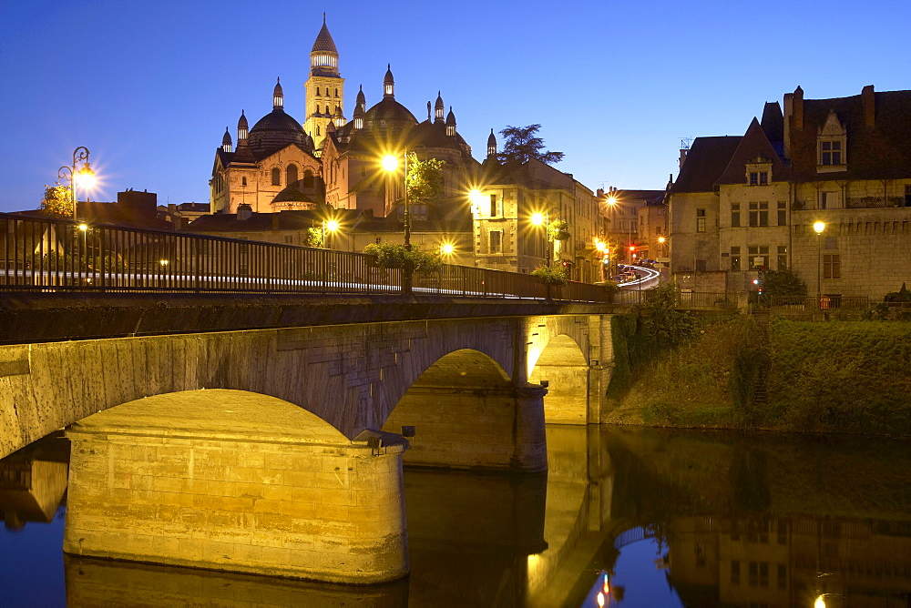 Bridge over river l'Isle in the evening, Périgueux cathedral, Saint Front Cathedral in the background, The Way of St. James, Roads to Santiago, Chemins de Saint-Jacques, Via Lemovicensis, Périgueux, Dept. Dordogne, Région Aquitaine, France, Europe