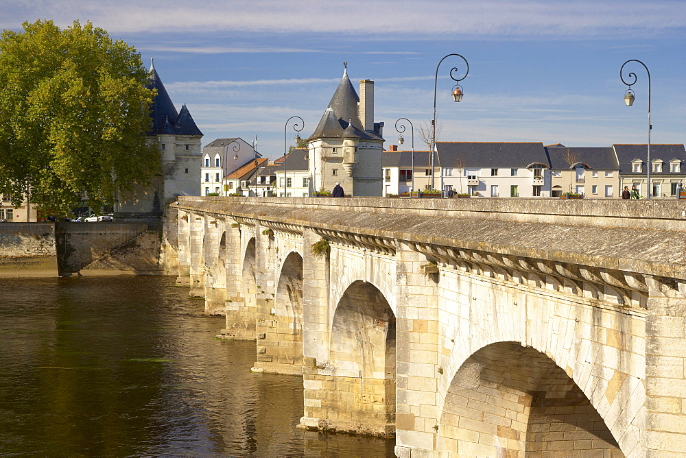 Henri IV bridge over the River Vienne, The Way of St. James, Chemins de Saint-Jacques, Via Turonensis, Chatellerault, Dept. Indre-et-Loire, Région Poitou-Charentes, France, Europe
