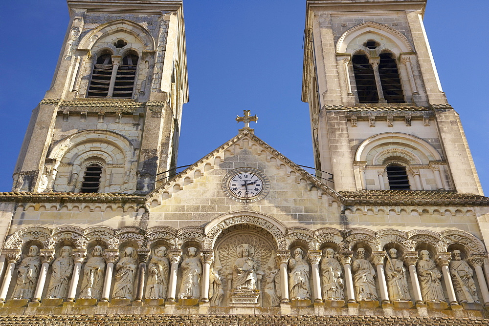 Church of Saint James, West facade with sculptures, The Way of Saint James, Chemins de Saint-Jacques, Via Turonensis, Chatellerault, Dept. Indre-et-Loire, Région Poitou-Charentes, France, Europe
