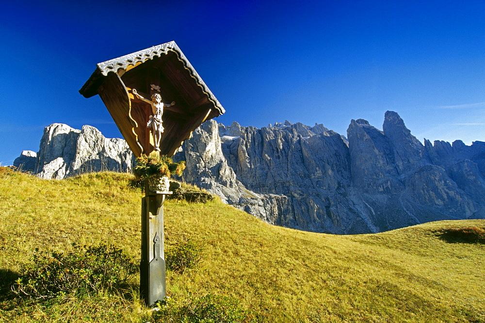 Wayside cross, Passo di Gardena, Gruppo di Sella, Dolomite Alps, South Tyrol, Italy