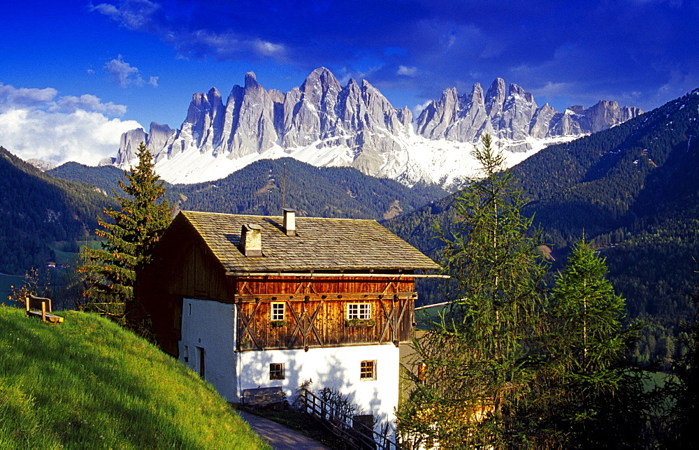 Farm house, view to Le Odle, Val di Funes, Dolomite Alps, South Tyrol, Italy