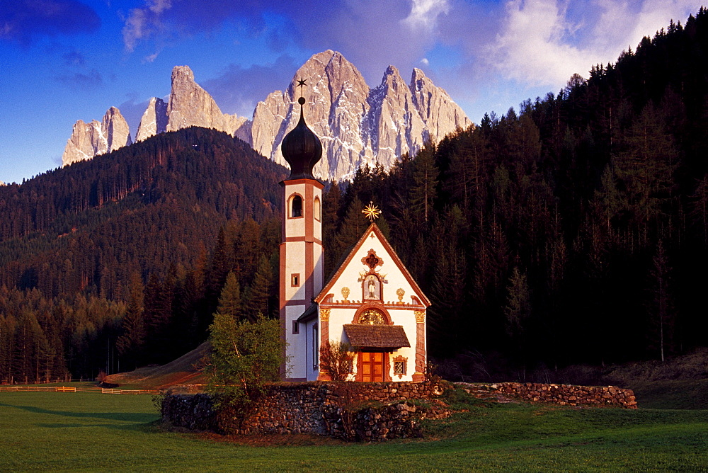 St. Johan in Ranui, view to Le Odle, Val di Funes, Dolomite Alps, South Tyrol, Italy
