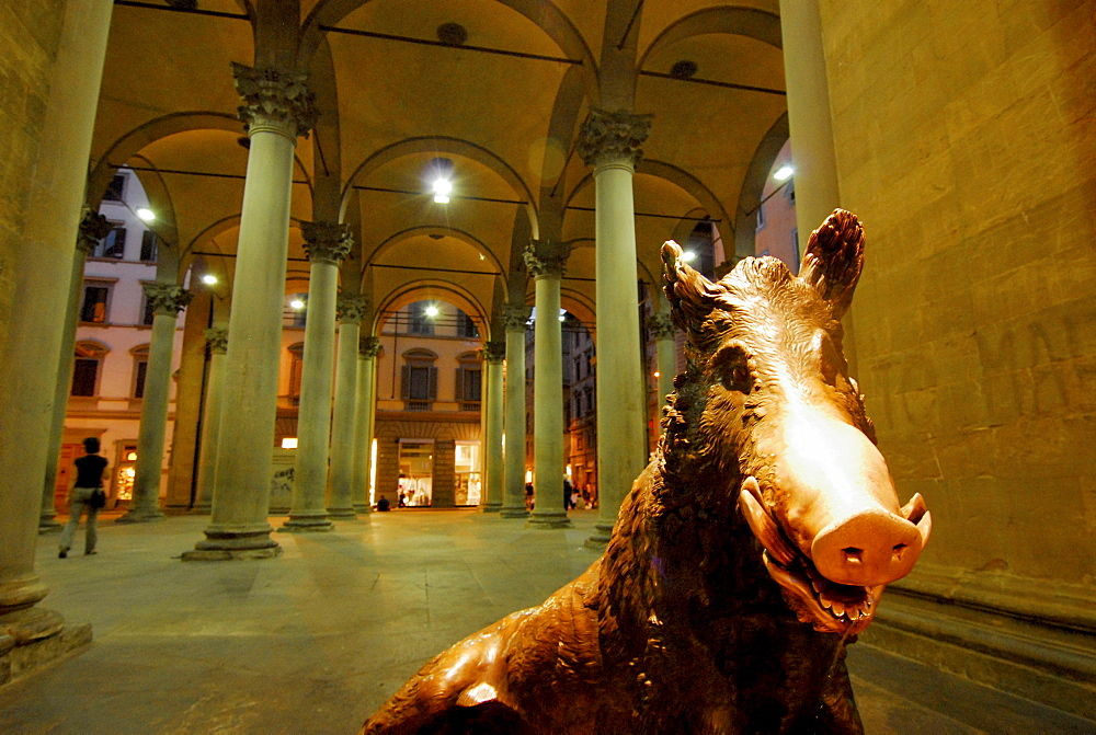 Wild boar sculptur at Loggia del Mercato Nuevo in the evening, Florence, Tuscany, Italy, Europe