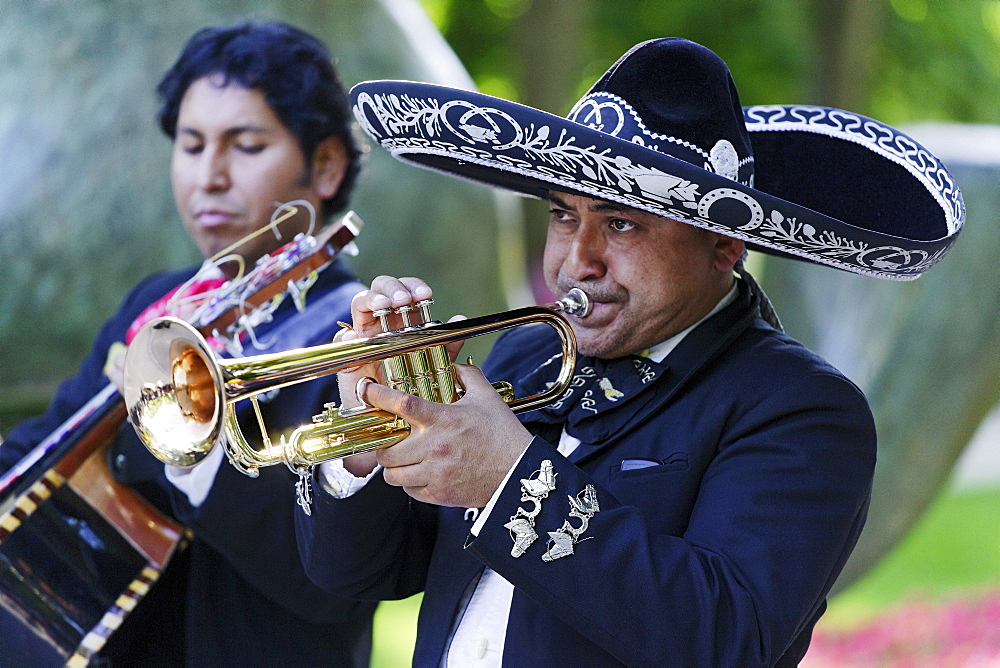 Street musicians, Parque del Buen Retiro, Madrid, Spain
