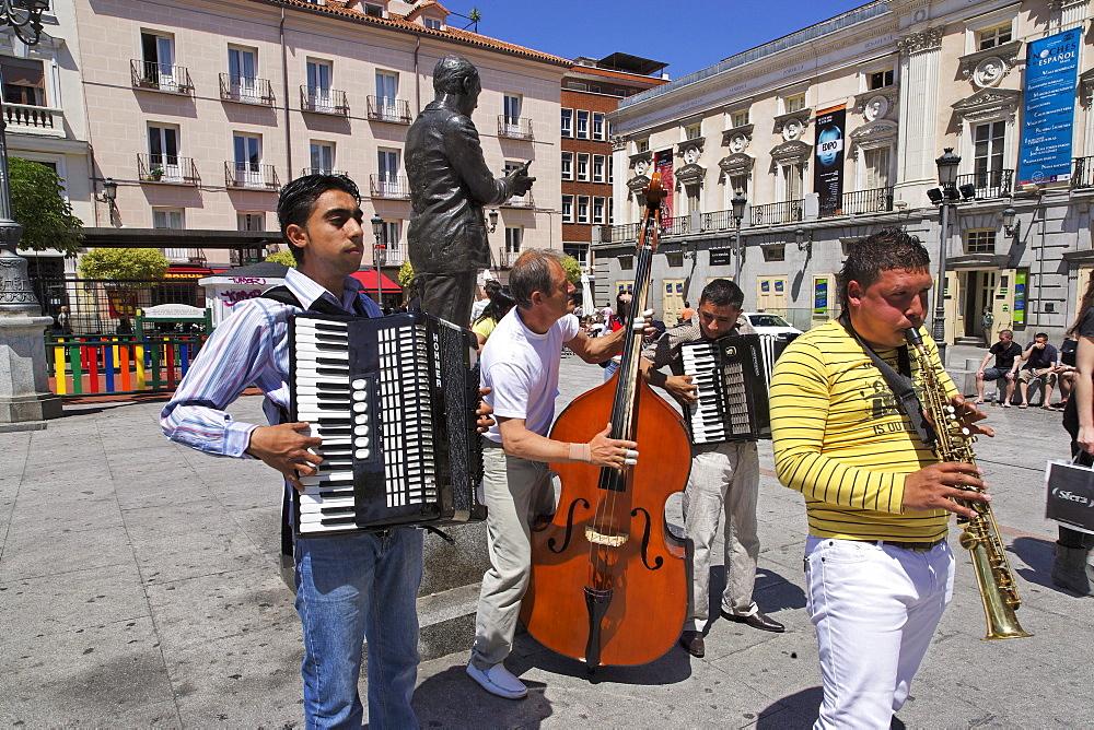 Street musicians, Plaza St. Ana, Calle de Huertas, Madrid, Spain