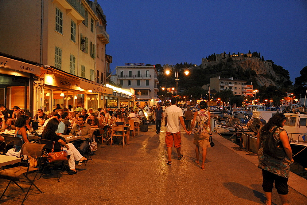 People in the restaurants at harbour in the evening, Cassis, Cote d¥Azur, Bouches-du-Rhone, Provence, France, Europe