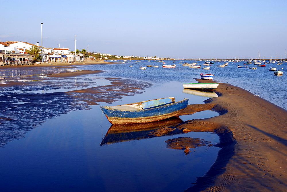 Boat at the Rio Piedras river, ebb tide at the beach in El Rompido, Cartaya, Costa de la Luz, Huelva, Andalusia, Andalucia, Spain, Europe *** Local Caption ***