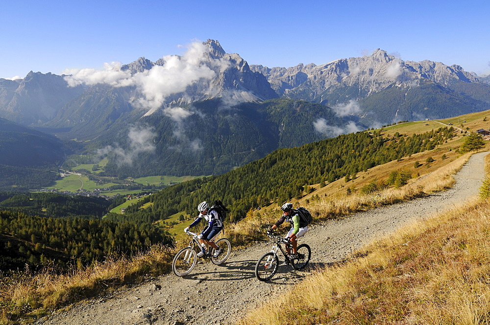 People on mountain bikes at Karnischer Hoehenweg, Val Pusteria, Dolomites, South Tyrol, Italy, Europe
