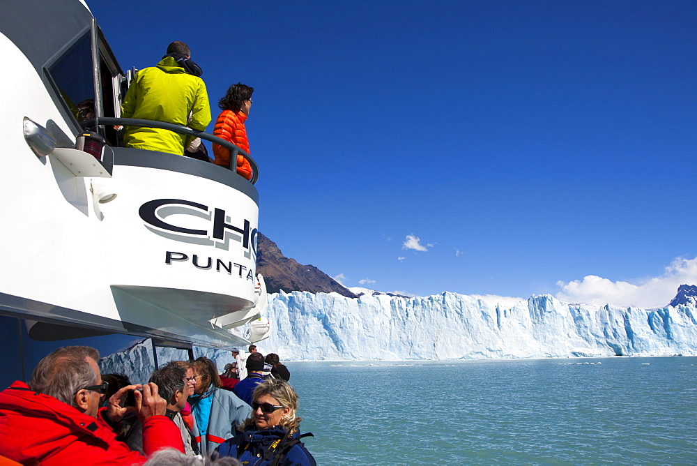 People taking pictures of the Perito Moreno glacier, Lago Argentino, Los Glaciares National Park, near El Calafate, Patagonia, Argentina