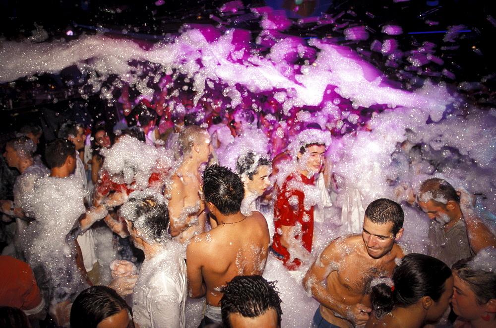 People at a foam party at the Disco Kadoc, Vilamoura, Albufeira, Algarve, Portugal, Europa