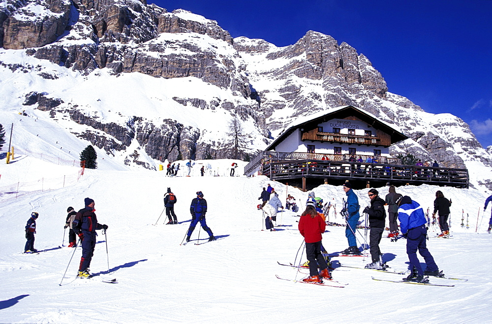 Skiers in front of Duca d¥Aosta hotel, Cortina d¥Ampezzo, Dolomites, South Tyrol, Italy, Europe