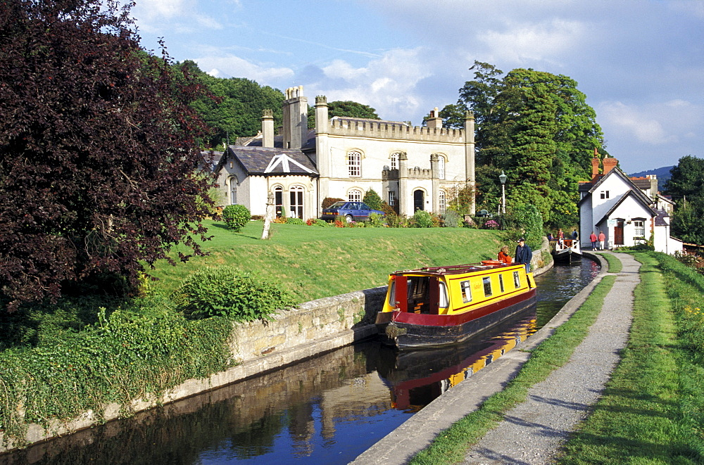 Narrow boats on Llangollen canal, Llangollen, Clwyd, Wales, Great Britain, Europe