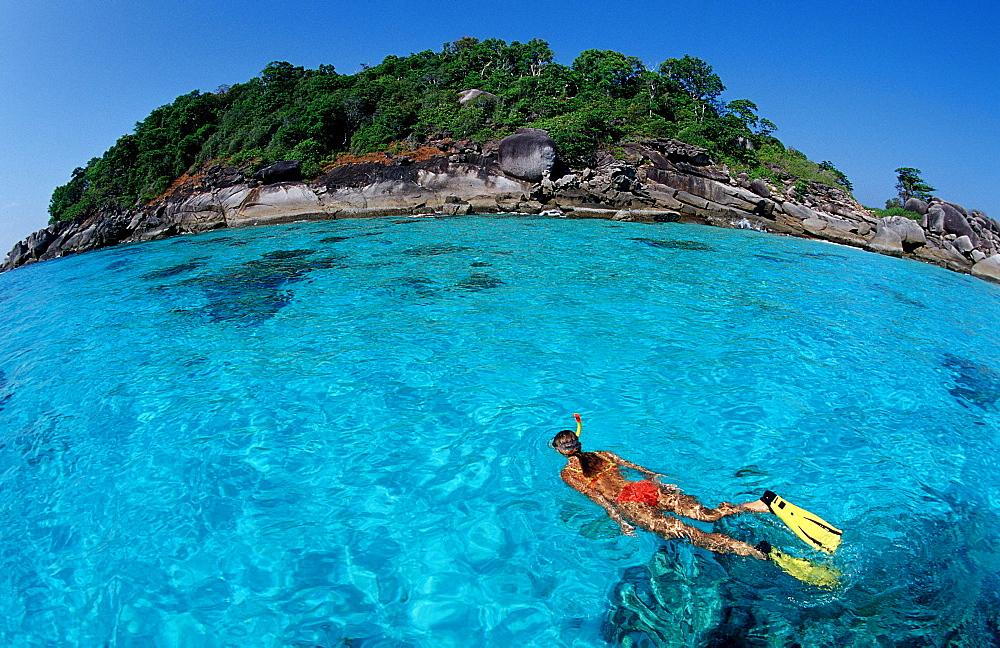 Schnorcheln vor tropischer Insel, Snorkeling woman