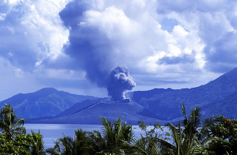 Volcano erupts, Rabaul, East New Britain, Papua New Guinea, Melanesia