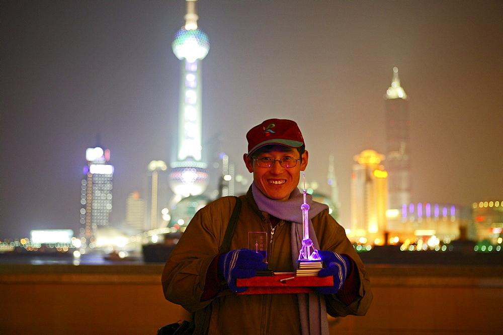 Huangpo River at night, Souvenierverkaeufer, souvenier seller