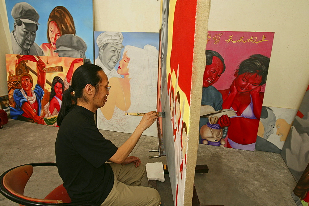 Lao Fan, Painter Lao Fan in his studio, paints chairman Mao in combination with, attractive and sexy girls, power, Vorsitzender Mao als Playboy, womanizer, red guards, Mao-Bibel, little red book