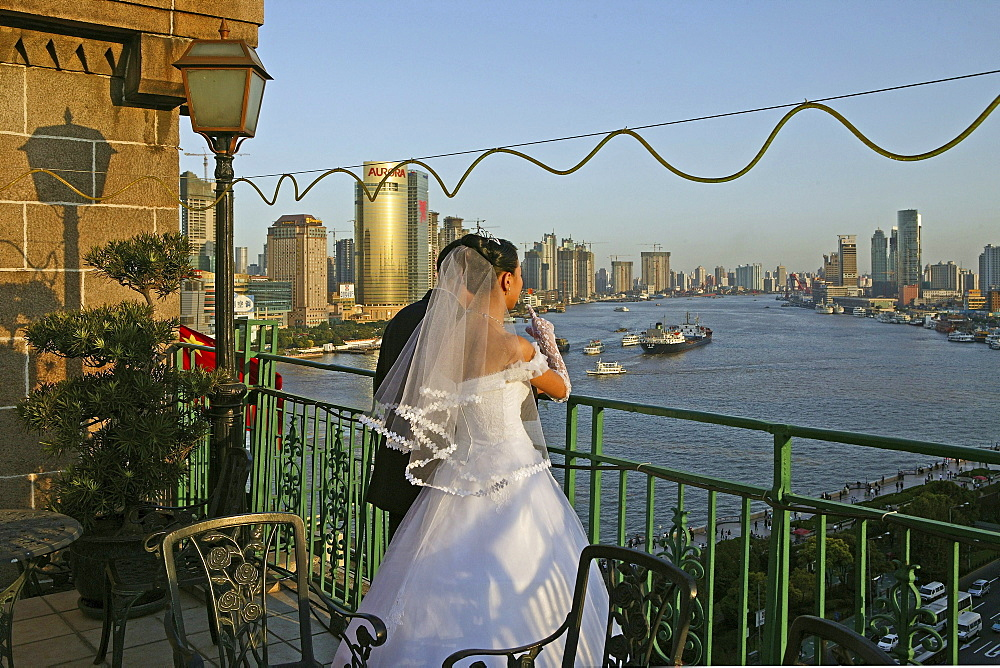 Bride and groom, Peace Hotel, White wedding, Brautpaar, Hochzeit, Dachterrasse, Blick ueber Pudong, view above Pudong and river - 1113-67857