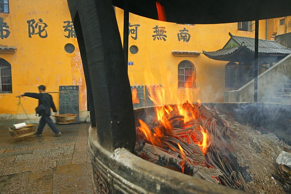 Porter, incense burner, Tianchi Monastery, Bodhisvattva Kshitigarbha, Jiuhuashan, Mount Jiuhua, mountain of nine flowers, Jiuhua Shan, Anhui province, China, Asia