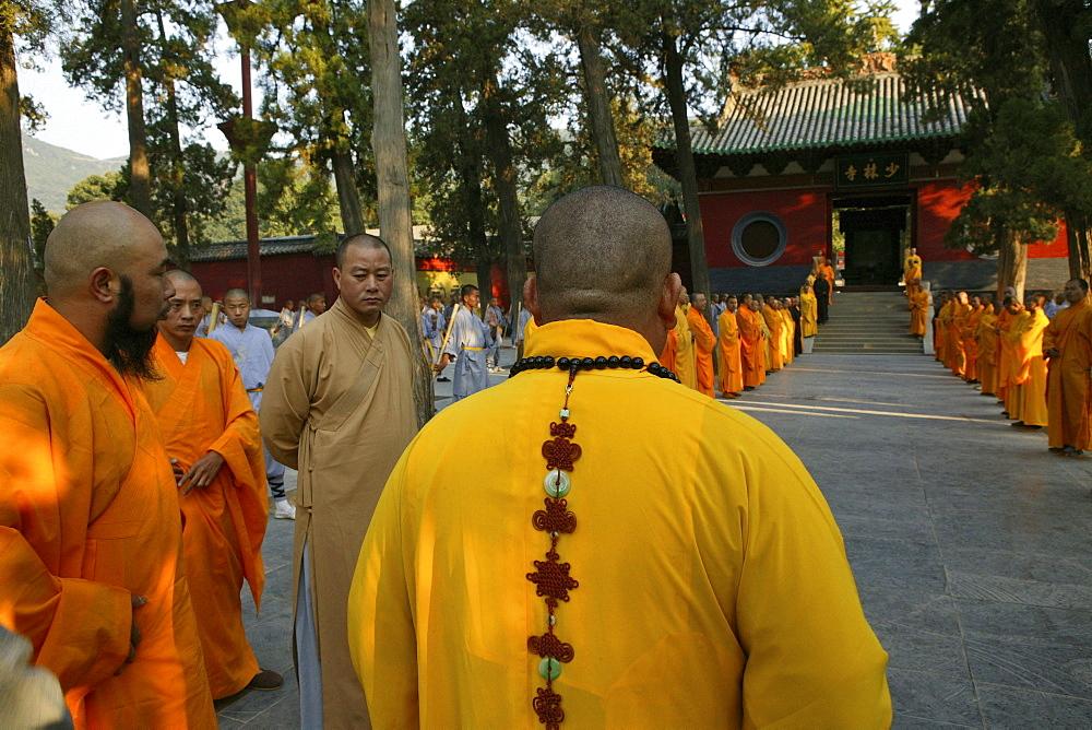Shaolin Buddhist monk watching Kung Fu students, Shaolin Monastery known for Shaolin boxing, Taoist Buddhist, Song Shan, Henan province, China